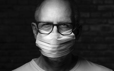 covid19-Personne âgée qui porte un masque chirurgical